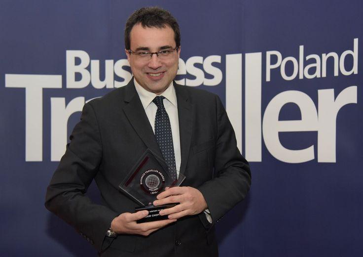 Rzecznik Lotniska Chopina, Przemysław Przybylski, z nagrodą magazynu Business Traveler Poland dla Najlepszego Lotniska w Polsce.
