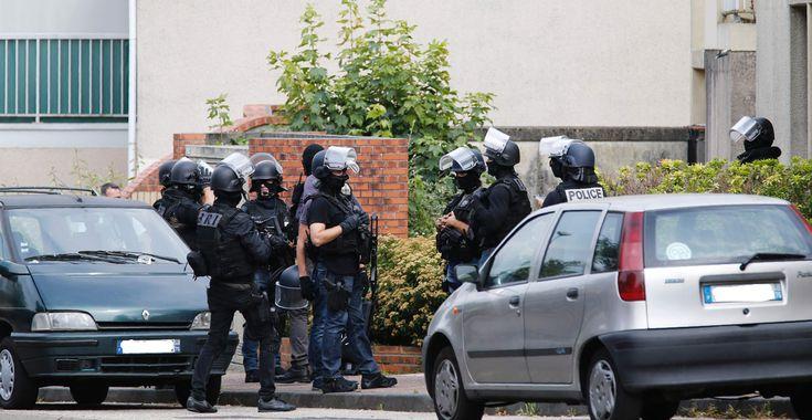 Deux assaillants ont tué un prêtre mardi matin, et blessé trois personnes, dont une grièvement, lors d'une prise d'otages dans une église à Saint-Etienne-du-Rouvray, près de Rouen. Ils ont été abattus par la police. L'un d'eux, identifié comme Adel Kermiche, avait tenté par deux fois de rejoindre la Syrie.