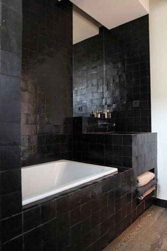 appartement d esprit loft new yorkais espace decloisonne salle de bain en zelliges noirs. Black Bedroom Furniture Sets. Home Design Ideas