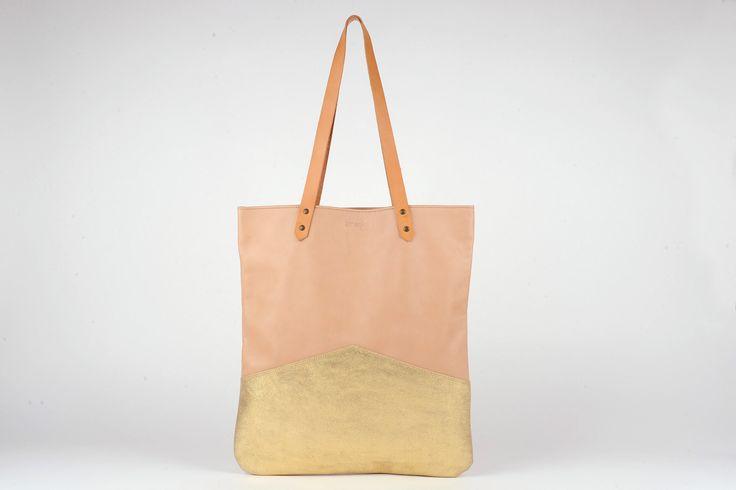 - Antoinette Ameska - Cabas Capri en cuir couleur rose poudre et paillette or  #créateur #cuir #tendance #antoinetteameska #sac #cabas