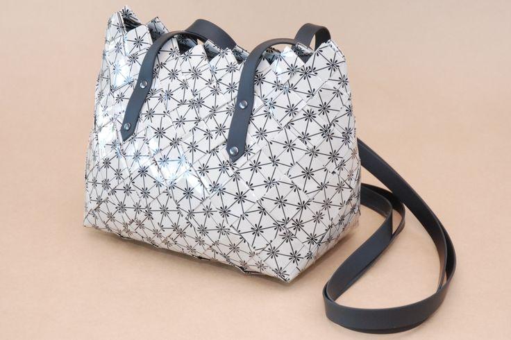 Tasken er flettet af papir - beklædt med klar bogindbinding og efter paperwrap - metoden. Mål: L: 21 cm.H.: 18 cm. B.: 12 cm.