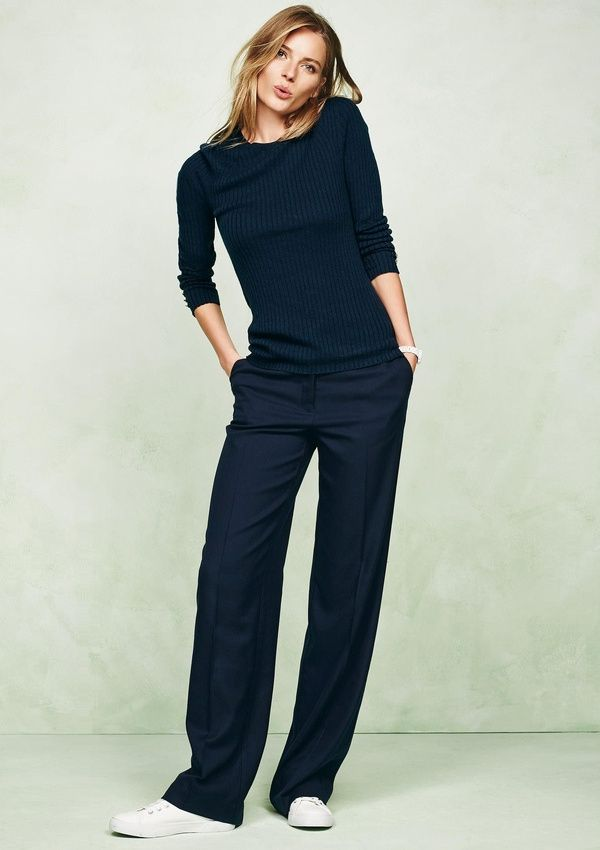 You can wear your loose-cut work pants on weekends as well by combining them with sneakers for a laid-back, yet sophisticated look.