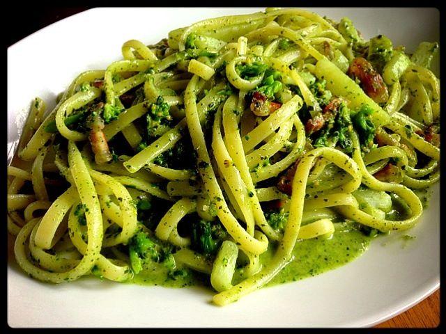 ペストジェノベーゼは茎系の緑の野菜とじゃがいもが最高の相性だと思います。 ペストは作る際に毎回その場で作った方が、香りも色も断然いいです。 多めに作るなら次の日までには使い切りたいですね。 - 84件のもぐもぐ - ジェノヴァ風 リングイネ by sintacless