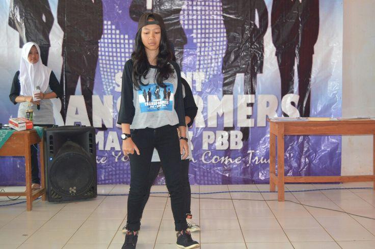 Karmila dan Miftahul Janah dubstep dance di ekskul Student Transformers SMA PBB Arjasari Bandung