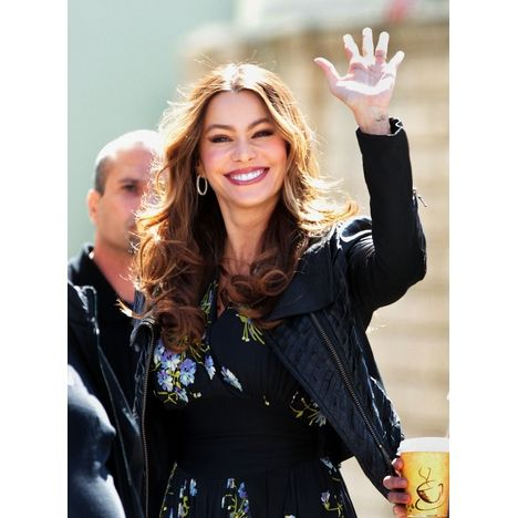 "Sofia Vergara waved to fans on the set of ""Modern Family."" #TV"