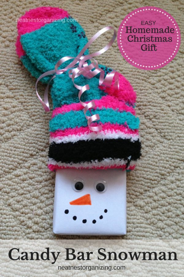 Clutter-free Christmas Ideas - Candy Bar Snowmen with fuzzy socks & cute gift tag - Neat Nest Organizing: