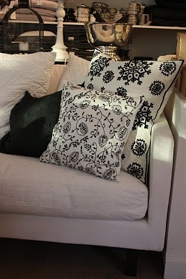 Black and white pillows.: Living Spaces, Pillows Palooza, Black And White, Black Whit, White Pillows, April 2012, Beautiful Pillows, Bedrooms Ideas, Bold Black