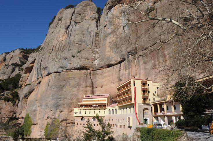 Φημισμένη κωμόπολη με μακρά ιστορική διαδρομή, χτισμένη στις πλαγιές του όρους Χελμού (Αροανίων), τα Καλάβρυτα είναι ένα από τα σημαντικότερα κέντρα χειμερινού τουρισμού στη χώρα μας! Το Χιονοδρομικό Κέντρο Χελμού, που είναι εύκολα προσπελάσιμο από την Αθήνα. http://diakopes.in.gr/trip-ideas/article/?aid=209568 #travel #greece