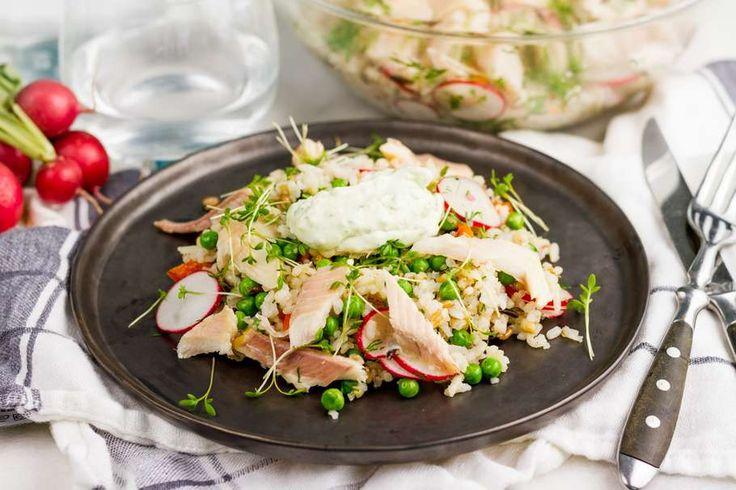 Recept voor zomerse rijstsalade voor 4 personen. Met zout, olijfolie, peper, roomkaas, gerookte forelfilet, paprika, radijsje, tuinkers, meergranenrijst, tuinerwten (diepvries), dille en citroen