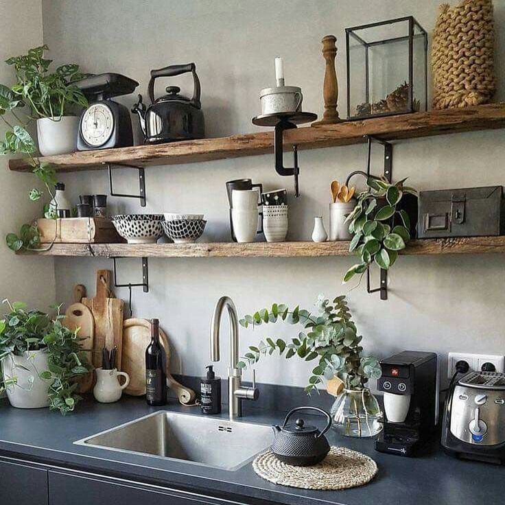 Aimez les étagères en bois ouvertes dans cette cuisine, le style rustique et b…