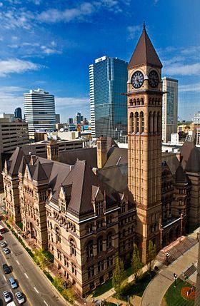 Torontos Old City Hall. L'ancien hôtel de ville de Toronto, Ontario, Canada est l'un des monuments les plus anciens et les plus représentatifs de l'histoire de la ville. La construction du bâtiment a débuté en 1889 et a duré une dizaine d'année pour un coût de 2,5 millions de dollars canadiens2. Il a été remplacé en 1965 par le nouvel hôtel de ville de Toronto, mais le bâtiment a été conservé et désigné comme lieu historique national du Canada en 1984.