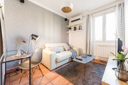 City Center La Latina Madrid Situated 400 metres from Plaza Mayor and 700 metres from Puerta del Sol, City Center La Latina offers pet-friendly accommodation in Madrid. The apartment is 700 metres from Puerta de Toledo. Free WiFi is offered .