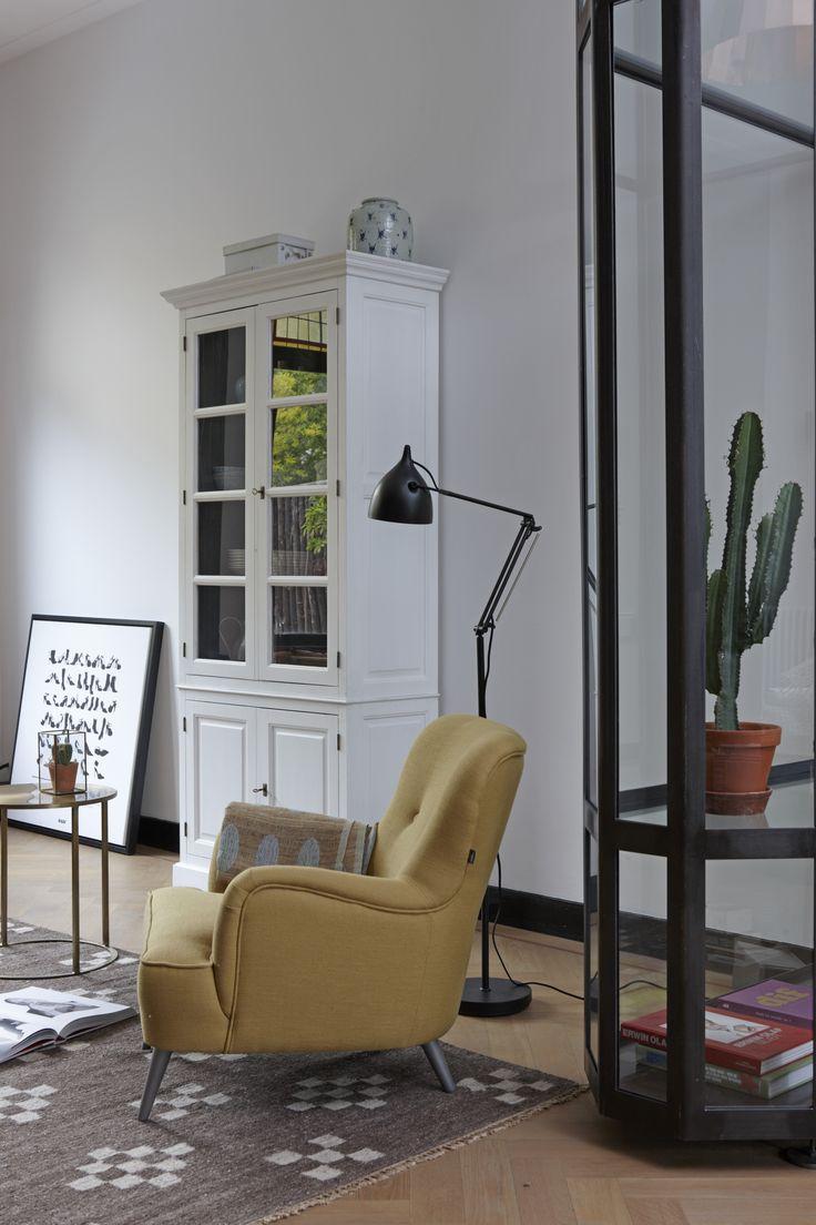 Vitriniekast New Basic, fauteuil Linda.