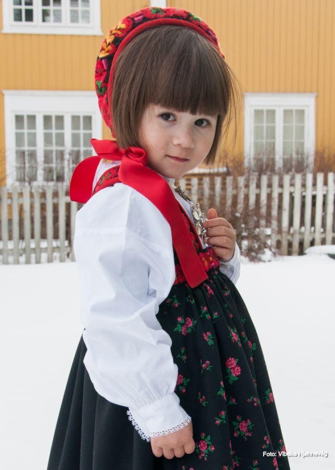 Line er 3,5 år og har fått sin første hallingbunad som mor har brodert. http://home.online.no/~vi-hjoen/
