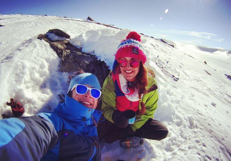 Uciekające koło podbiegunowe  Miejsce: Park Narodowy Saltfjellet-Svartisen Szlak narciarski: podejściowy, grzbietowy Stopień trudności: średni A, B.  Długość szlaku: 15 km  Nachylenie terenu: 17-25%  Czas: 6 godzin     Niektórzy twierdzą,że północna Norwegia ma tylko dwie pory roku. A są nimibiała i zielona zima. Biała zima dlatego, że temperatura powietrza spada poniżej