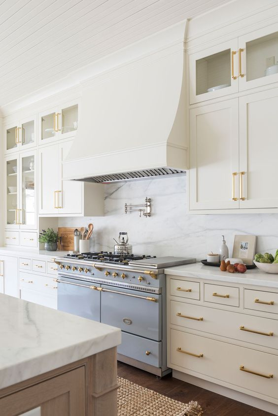 Beautiful And Inspiring Kitchen Design Ideas From Pinterest Jane At Home In 2020 White Marble Backsplash Off White Cabinets Kitchen Style