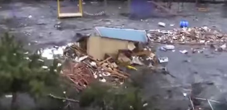 Ces images extrêmement impressionnantes du tsunami ont été filmées par un japonais qui s'est retrouvé impuissant en plein milieu d'un déluge de débris.