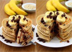 Pancakes hyperprotéinés, banane et chocolat. Voici une recette de pancakes riches en protéines, pauvres en matières grasses et à indice glycémique bas, idéale pour faire le plein d'énergie dès le matin ! Cette recette est très riche en protéines de part les blancs d'œufs, l'avoine et la dose de whey qu'on y apporte, et un petit peu de protéine de lait, mais également riche en glucides et calories.