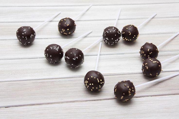 Malý dortiček na tyči. Oblíbený biskvit a jemný krém v kombinaci s čokoládovou sloupečkou to je oblíbený dětský dezert.  Маленький тортик на палочке. Любимый бисквит и нежный крем в сочетании с шоколадной оболочкой. Любимый детский десерт.  #cakepop #minidort #dessert #cake #dort #cakepops #handmade #sweetcakes #happybirthday #narozeniny #dortpodebrady #dortprodĕti #crem #pečení #cukroví #sweetcakes #czech #czechrepublic #podebrady #praha #nymburk #kolin #jidlo #food #homemade #cakestagram