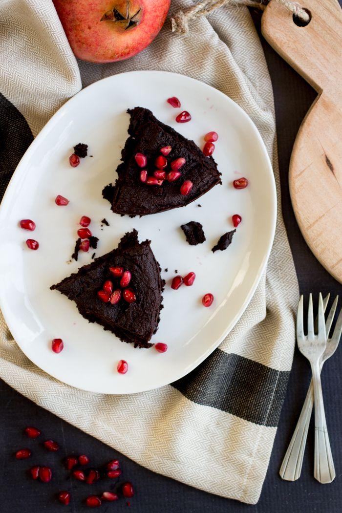 Fudgy Brownies van groene bakbanaan en dadels. Gemaakt in kleine vierkante bakvorm. Pureren ging moeilijk in de blender. Volgende keer dadels misschien even in een pannetje met de kokosolie. Rook wat verbrand. Oven op 140 lijkt me beter. Textuur was goed, lijkt net of het van meel gemaakt is.(niet luchtig want er zit geen ei in) Misschien paar minuutjes eerder uit de oven voor de zijkanten en droogheid. Je moet wel van heel pure chocola houden. Misschien iets minder cacao? Ik had er wat choc…