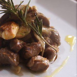 砂肝とキノコのローズマリー風味+by+shinomaiさん+|+レシピブログ+-+料理ブログのレシピ満載! イタリアでも手に入る砂肝ventriglioを使って美味しくて簡単なレシピです。ローズマリーとニンニクで砂肝がお洒落なおツマミに変身です