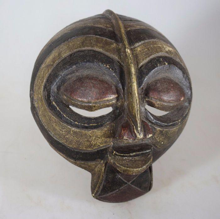 """Luba Kifwebe paspoort masker - D.R Congo  Paspoort maskers zijn traditionele gedragen op het lichaam door de volkeren in heel Afrika te identificeren tribal oorsprong om te reizen over de grenzen heen te vereenvoudigen. Kifwebe betekent letterlijk """"masker"""" in de Luba en Songye talen. Deze spirituele objecten belichamen bovennatuurlijke krachten en worden gebruikt voor het afweren van de bedreigingen alsmede over de belangrijke sociale overgangen masker.Presenteert wat chips scheuren krassen…"""