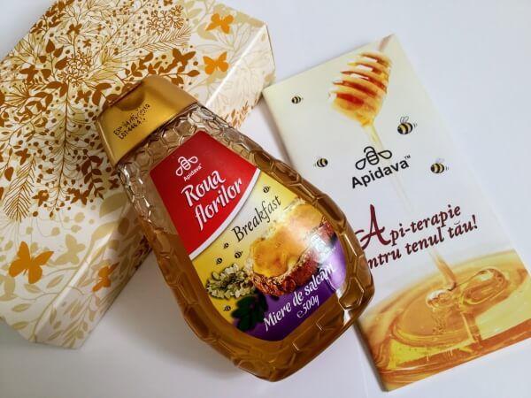 Astăzi vă vorbesc despre mierea de salcâm Apidava, unul dintre cele mai fine produse ale stupului, de culoarea chihlimbarului și consistența siropului, așezat într-un recipient cu dozator, ce poate fi utilizat si de cei mici fără a risipi nicio picătură.