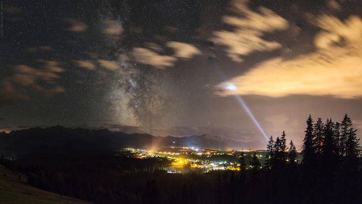 Droga Mleczna rozświetlająca nocne niebo nad Tatrami