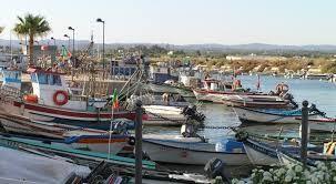De kleine vissersboten in de haven zijn een lust voor het oog