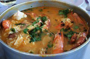 Arroz de Marisco Ingredientes: azeite q.b 2 cebolas (picadas) 2 dentes de alho (picados) 2/3 tomates maduros 1 embalagem de creme de marisco miolo de camarão q.b. 1 sapateira camarões q.b. 1 malagueta (opcional) 250 gr. de miolo de mexilhão 500 gr. ameijoa delícias do mar q.b. 1dl. vinho branco 300 gr. de arroz salsa/ coentros q.b. sal q.b. pimenta (opcional) Preparação: Se a sapateira for fresca (viva), coza-a com bastante sal durante +/- 30 minutos. Depois de cozida, retire a sapateira…