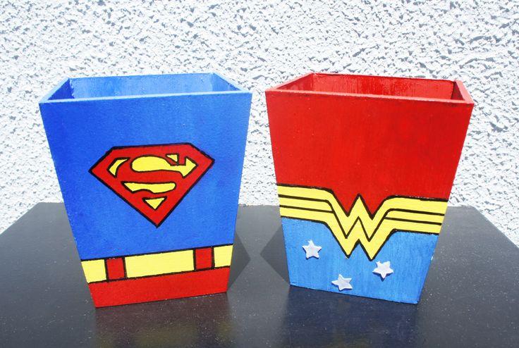 Porta Canetas de Super Heróis - Super Homem e Mulher Maravilha(com estrelinhas em Silicone)