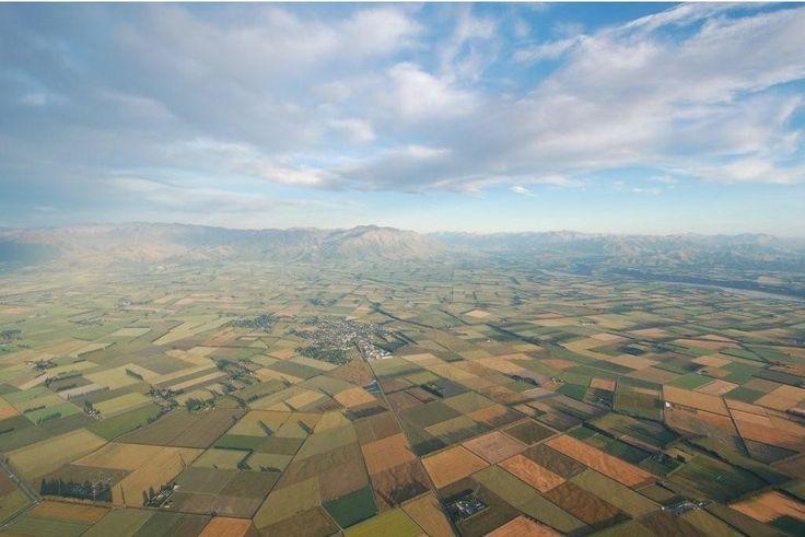 Connaissez-vous les plaines de Canterbury ?   Non pas situées en Angleterre ces grandes étendues agricoles font partie des plus beaux paysages de #NouvelleZélande.   Localisées à proximité de la ville de Christchurch dans l'île du Sud, ces plaines sont encadrées par les Alpes à l'ouest et par l'océan Pacifique à l'est.