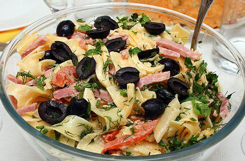 Салат из копченной рыбы и сладкого перца