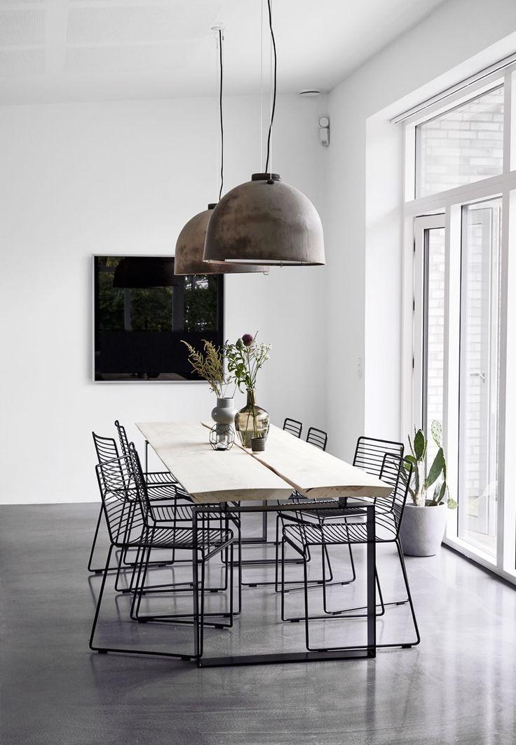 jadalnia | industrialne lampy + stół o drewnianym blacie + metalowe krzesła