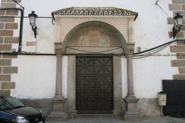 Magnífica es esta puerta de la iglesia de Nuestra Señora de la Asunción. Lástima que no soterraran los cables eléctricos.