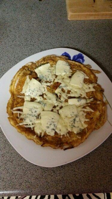 Vaječná omeleta s nivou a eidamem.