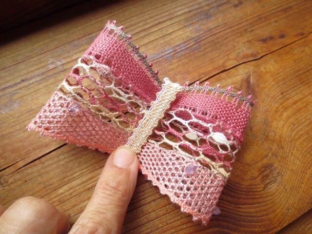 Ribon - Yumiko Kotálová - Mašle - 20140829 夏の時間がある間に、チェコの先生からいただいた型紙でリボンを編みました。基本的には3種類のパターン、加えてビーズを編み入れる、パターンをつなぎ合わせる、リーステックを挟み込むなどのテクニックを使います。最終的にはこんな形にリボンになります(ゆ)