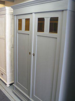 oude geschilderde kasten in landelijke brocante en nostalgische stijl