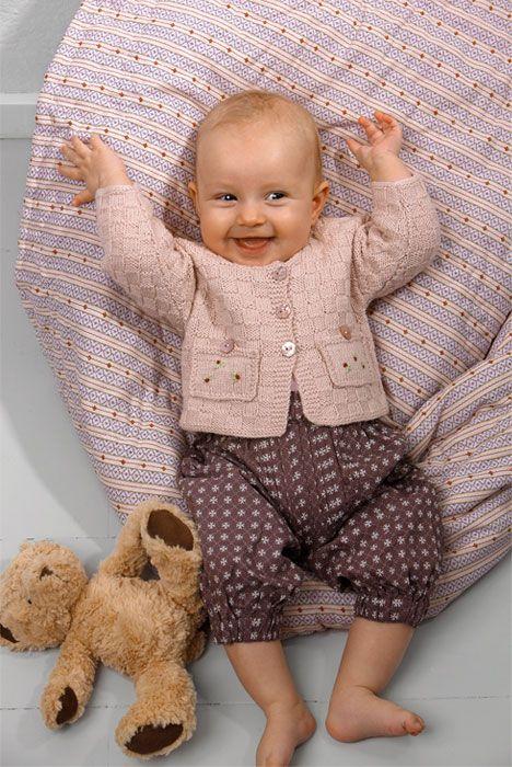 Køkkentern er et supertraditionelt mønster til en barnetrøje og kan lige så godt bruges til en dreng i en anden farve og uden blomster på lommerne.