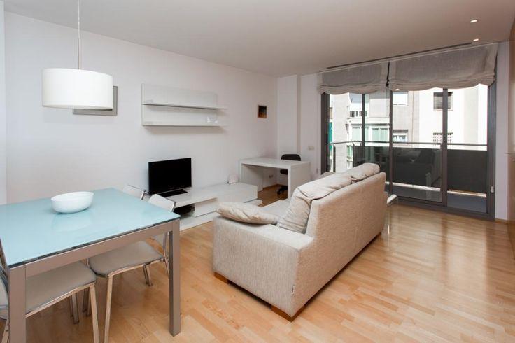 Piso en venta en #Barcelona #Eixample    Calle Londres, cerca Av. Josep Tarradellas. Producto Apialia. Vivienda de 52m2 construídos, situada en finca en perfecto estado, amueblada, con acabados de alta calidad, orientada a patio de manzana y con mucha luz. Se compone de un único espacio con salida a balcón, cocina americana equipada y baño.    SEPFINQUES | www.sepfinques.com | info@sepfinques.com | Tel 677415782 | Ronda Universitat 7 2-4 BCN…