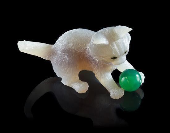 Резьба Кварц и халцедон Котёнок. Идар-Оберштайн, Германия. Вырезано из твердого полупрозрачного кварца с  бледно-фиолетовым центром, по всей поверхности сложно текстурированно, чтобы имитировать мех. Котёнка, играющий мячиком из зеленого  халцедона, размеры:  8.89 х 4,45 х 5,41 см. эстимейт $ 1000-2000 недвижимости от недвижимости Жерара Гафесчян, Неаполь, Флорида