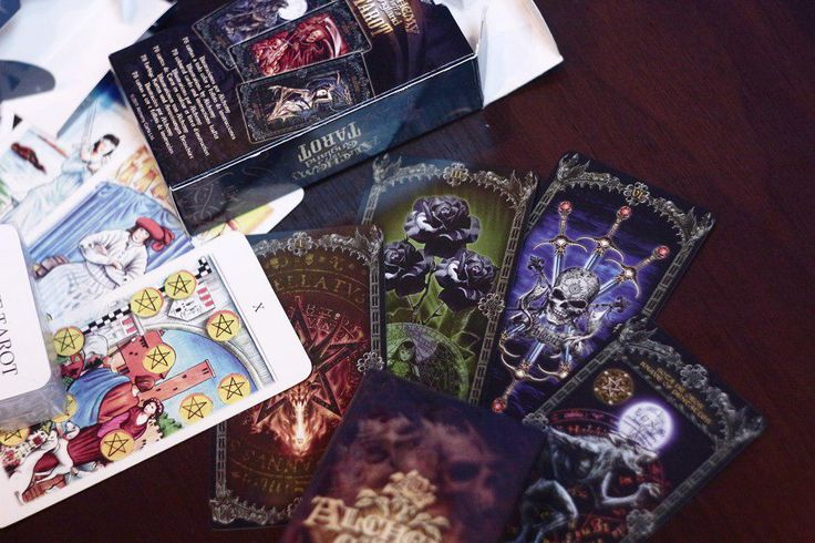 """В магазине """"Ведьмин Котел"""" для Вас 65 вариантов распечатанных  карт Таро! Их можно: рассматривать, трогать, ощущать в своих руках, знакомиться с иллюстрациями и полностью прочувствовать настроение именно этой колоды!     Обращаем Ваше внимание - открытые карты предназначены только для ознакомления, а НЕ для продажи! Понравившуюся вам колоду карт вы приобретаете у нас запечатанную!"""