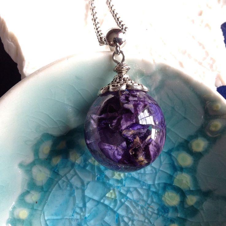 Collier fin en acier et pendentif bulle de résine inclusion de fleurs de pied d'alouette bleues (delphinium) : Collier par beads-of-bliss-bijoux-en-resine