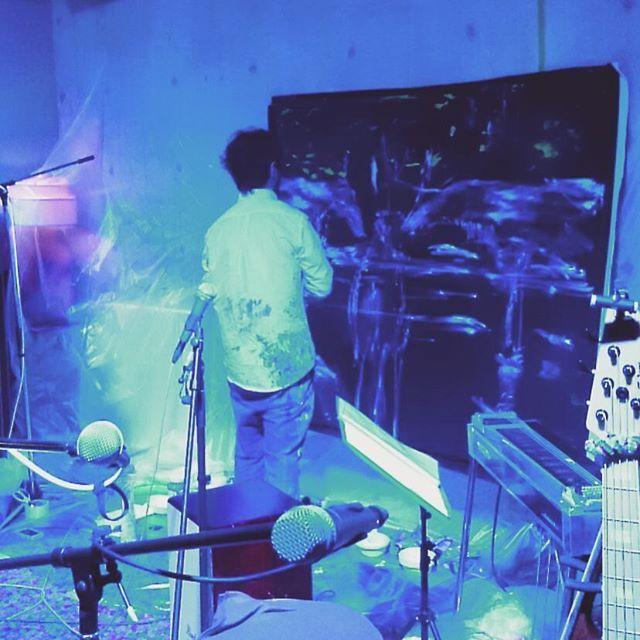 昨夜の渋谷WGTにてLululuさんのイベントは、近藤康平×渡辺シュンスケさんからスタート。  闇に浮かぶ美しいカリブーが向かい合って いきなりオーバーザトップなオープニングで幕が上がった。  最高のひととき。 楽しかったなー。  #kondokohei #livepeinting #近藤康平 #渡辺シュンスケ #Lululu