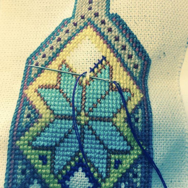 В своем мастер-классе я расскажу, как сшила эту бирюзовую сумку. Для работы мне понадобились: бирюзовая кожа (флотер), пробойники с шагом 5 мм, краска для торцов кожи и деревянные шпажки для ее нанесения, разметчик для кожи, шила с иглой потолще и потоньше, ткань для подкладки (у меня это атлас с черными бархатными цветами), люверсы на винтиках, галантерейная цепочка, замочек, капроновые нитки…