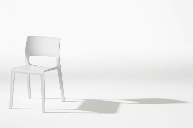 El diseño visualmente ligero de la silla Juno consiste en una silueta con líneas…