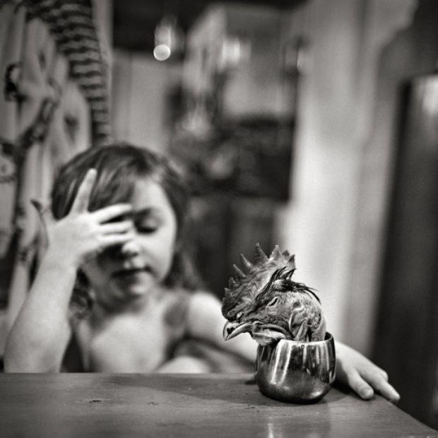 Erst spät kam der Bildhauer Alain Laboile zur Fotografie. Vielleicht wirken seine Aufnahmen deshalb so unverstellt wie der Blick eines Kindes, das zum ersten Mal die Welt durch ein Objektiv betrachtet. Sein Bildband At the Edge of the World führt den Betrachter in den intimen Raum einer kleinen Großfamilie.