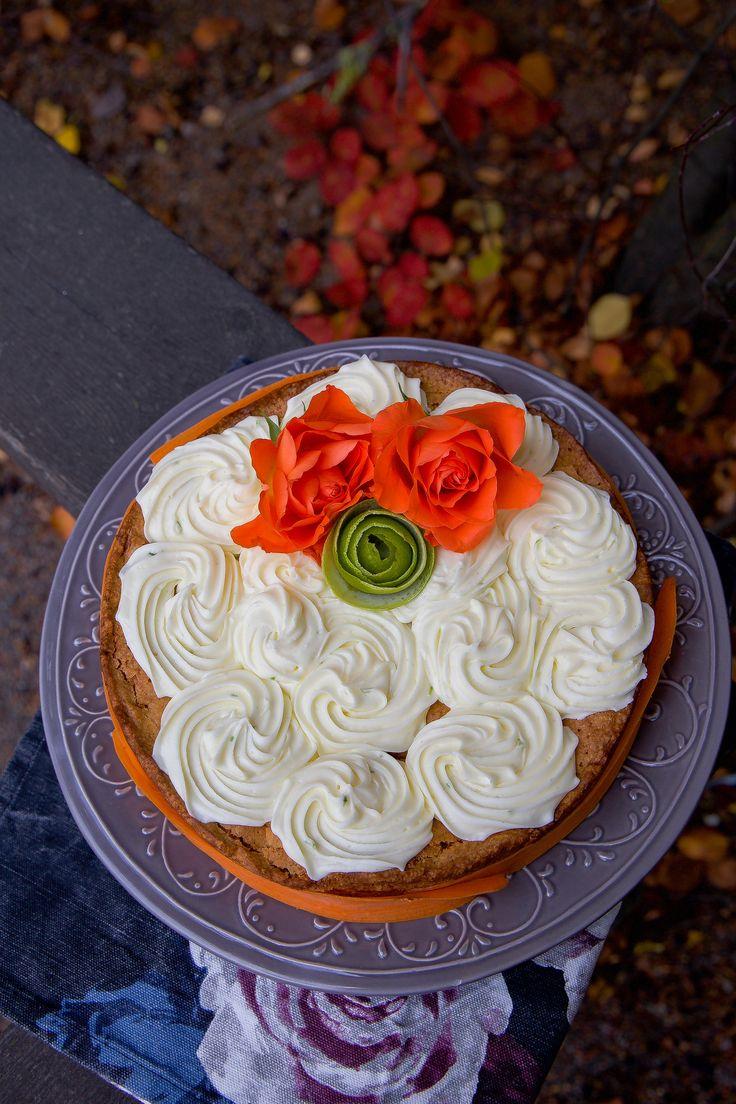 Visst är hösten vacker? När luften är sådär härligt frisk och kall, löven börja skifta färg och långsamt falla ner på marken. Underbart! Idag kände jag mig inspirerad av de fina orangefärgade höstlöven och bakade en saftig morotskaka. Jag dekorerade den fint med rosoroch spritsade frostingen. Jag skalade även en lime och gjord en ros av skalet. Det blev en vacker morotskaka som förgyllde fikabordet. Recept på morotskakan hittade jag hos Leila Lindholm. Ca 8-10 bitarmorotskaka 3 st ägg 3…