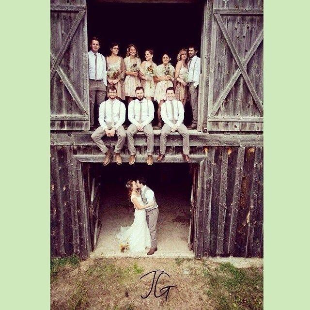 Los novios y padrinos en una boda campestre