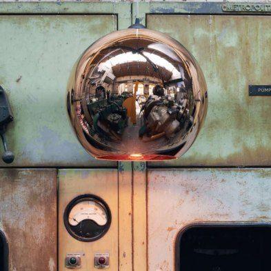 """Als andere Designer noch Gold priesen oder ihre wilden Plastikfantasien auslebten, setzte Tom Dixon schon auf Kupfer. Mit seiner """"Copper Shade"""" hat er 2005 einen Trend ins Rollen gebracht, der erst heute seine wahre Blütezeit erlebt. Die Copper Shade ist natürlich immer noch da und überstrahlt mit ihrem glänzenden Entwurf alle, die später auf den kupfernen Zug mit aufgesprungen sind. Die Lampe hat nur ein Geheimnis: Der Schirm ist nicht aus Kupfer, sondern aus Kunststoff. Der Ikone kann…"""